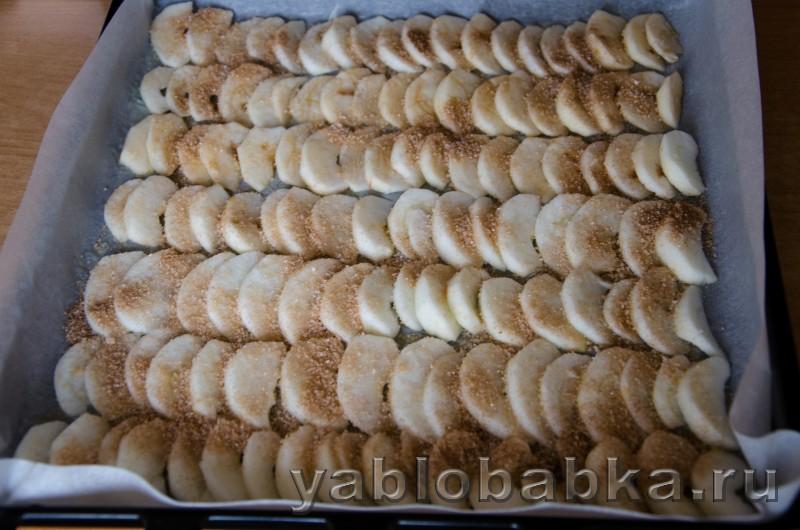 Бисквитный рулет очен вкусный и простой рецепт с яблоками: фото 5