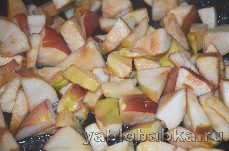 Пирог с яблоками и ягодой из дрожжевого теста: фото 6