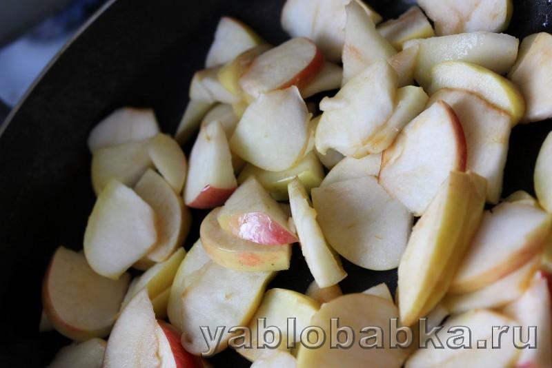 Постная шарлотка с яблоками в духовке: фото 3
