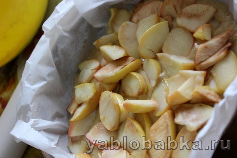 Постная шарлотка с яблоками в духовке: фото 8