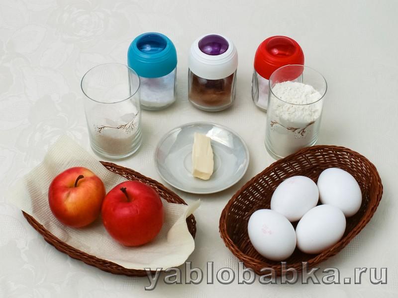 Шарлотка на сковороде с яблоками: фото 1