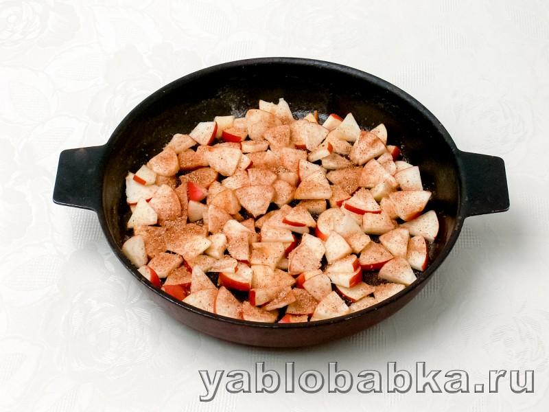 Шарлотка на сковороде с яблоками: фото 4