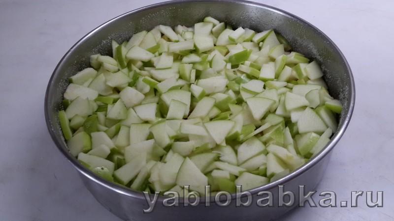 Шарлотка с айвой и яблоками: фото 7