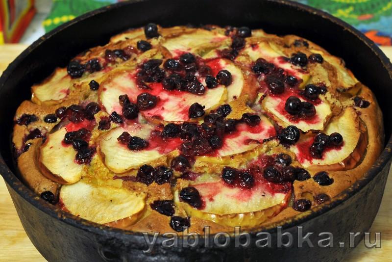 Шарлотка с клюквой и яблоками на кефире: фото 9