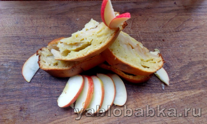 Шарлотка с медом и яблоками без сахара
