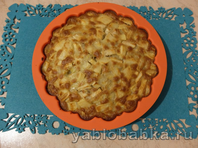 Шарлотка с яблоками и бананами: фото 7