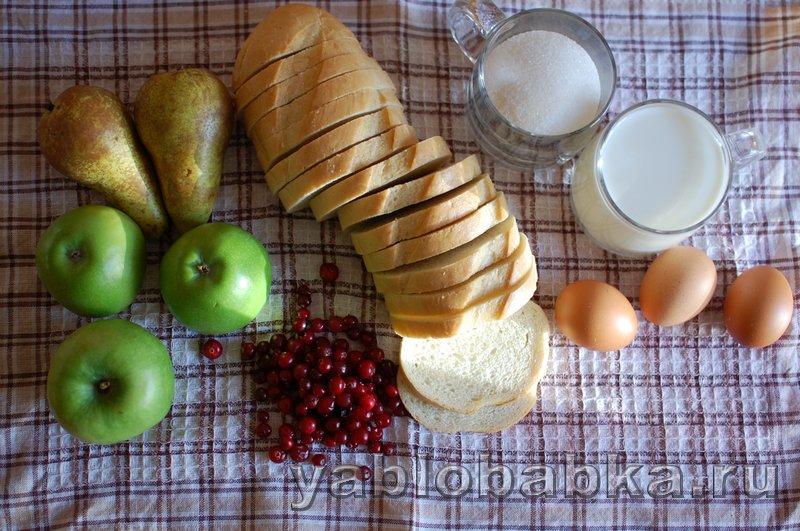 Шарлотка с яблоками и грушами из белого хлеба с клюквой: фото 1