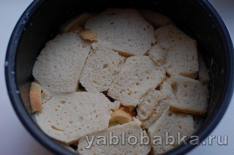 Шарлотка с яблоками и грушами из белого хлеба с клюквой: фото 7