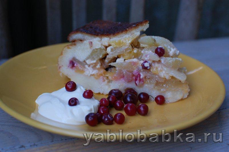Шарлотка с яблоками и грушами из белого хлеба с клюквой