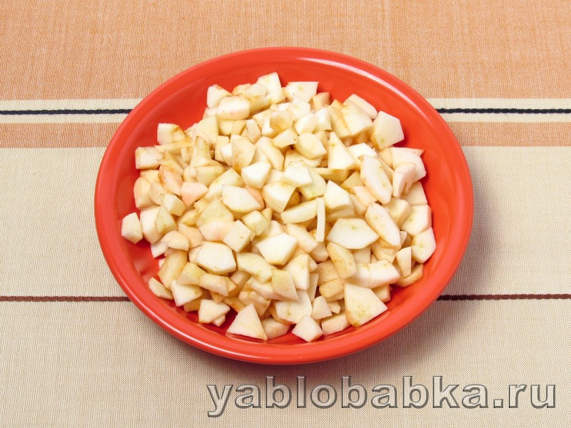 Яблочная шарлотка с вишнёвым вареньем: фото 3