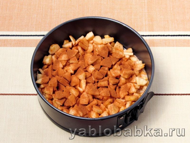 Яблочная шарлотка с вишнёвым вареньем: фото 5